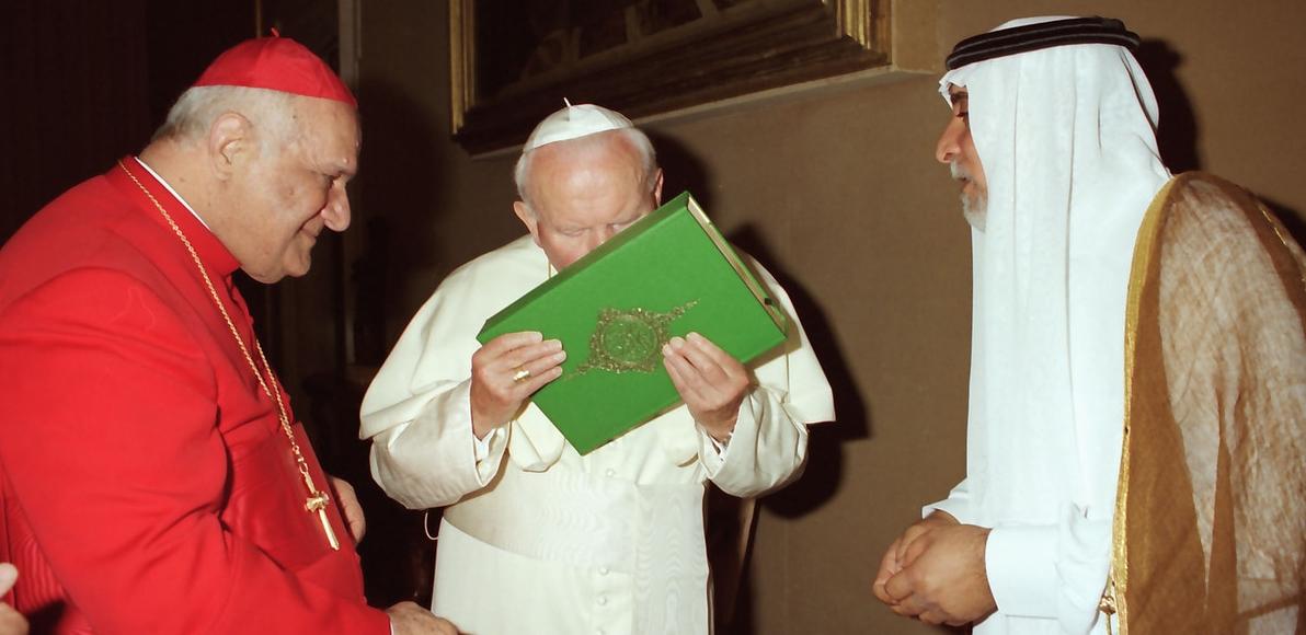 Papież Jan Paweł II w środku całuje Koran, Świętą Księgę Islamu, na zdjęciu zrobionym 14 maja 1999 roku w Watykanie. Chaldejski patriarcha Rafael I Bidawid po lewej. AP Photo / L'Osservatore Romano