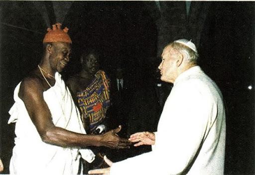 """Szczególnie godne uwagi było spotkanie modlitewne w sanktuarium Matki Bożej Miłosierdzia nad jeziorem Togo, gdzie po raz pierwszy modliłem się także z grupą animistów""""."""